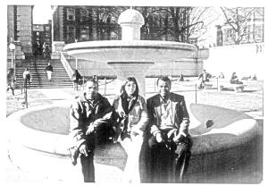 Nova York, 1999, jardins da Universidade Columbia, quando Joaquim Barbosa e este escrevinhador ali viveram uma temporada de pesquisas acadêmicas. Ao centro, Adriana Jacob, jornalista