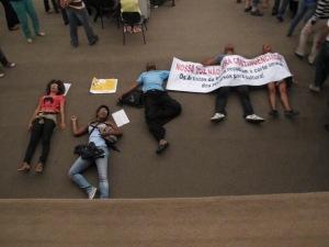 Artistas protestam na plateia por dinheiro. Foto Dimitri Ganzelevith.