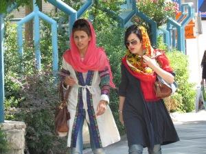 Garotas iranianas em trajes coloridos e cabelos discretamente à mostra (foto D.de Jesus)