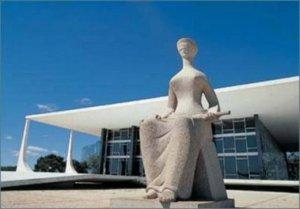 Estátua-símbolo da Justiça no pátio frontal do Supremo em Brasília