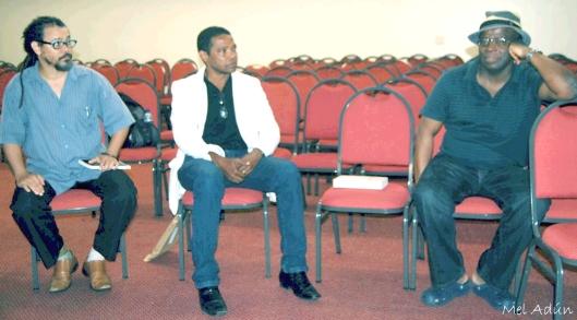 Guellwaar Adún e este escrevinhador no ato em solidariedade a Barbosa na manhã de 13/04/14 (foto Mel Adún)