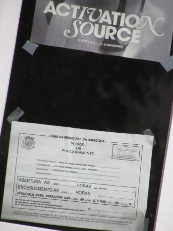 Afixado na porta de entrada, o documento indicando o que oficialmente funciona no local