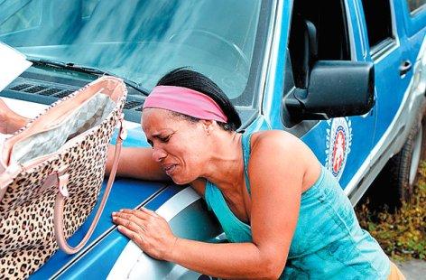Em flagrante do fotógrafo Mauro Akin Nassor, o jornal Correio* ilustra com a imagem da manicure Claudijane Miranda matéria assinada pelo repórter Victor Lahiri sobre mais uma mãe que acaba de ver o corpo do filho caçula, seu terceiro a ser assassinado