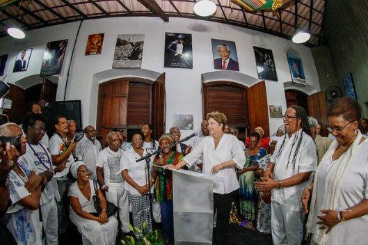 """A presidente da República """"pirou de vez"""" com o Olodum na sede do grupo, com João Jorge e a ministra Luiza Bairros ao lado"""