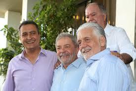Amigões sorridentes: Rui, Lula, Wagner e Leão, de ponga