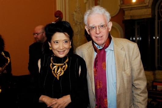 """Chang e seu marido historiador, autores do livro resenhado positivamente """"pela mídia ocidental"""" como uma granada desmistificadora"""