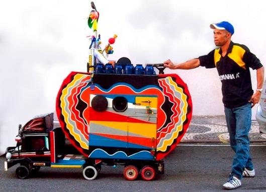 Vendedor de cafezinho ambulante e seu carrinho-obra-de-arte