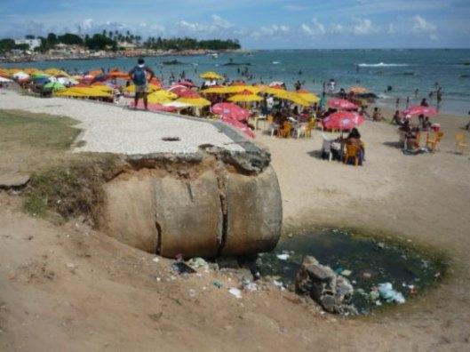 Uma das inúmeras praias da capital entregues a lixo e esgoto, em flagrante de Thiago Guimarães