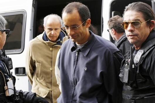 """O presidente do conselho dirigente da Odebrecht, Marcelo, chega à carceragem da PF em Curitiba. Ele tem reformulado a linguística, afirmando que termos como """"sobrepreço"""" (de valores) e """"destruição"""" (de provas) não quer dizer o que dizem"""