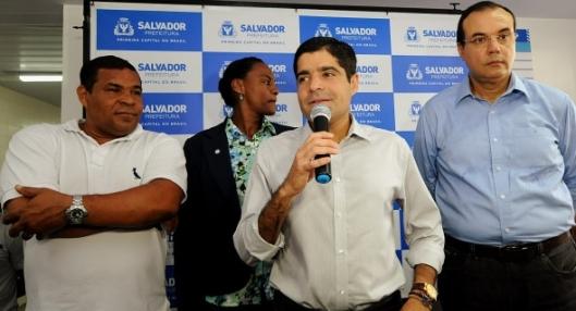 O pefeito, a vice-prefeito e o secretário de Saúde à direita