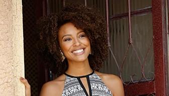 A advogada Paula, personagem da atriz Sheron Menezzes que, vida da favela, ascende socialmente e se separa do parceiro de mesma cor que continua atrás do balcão