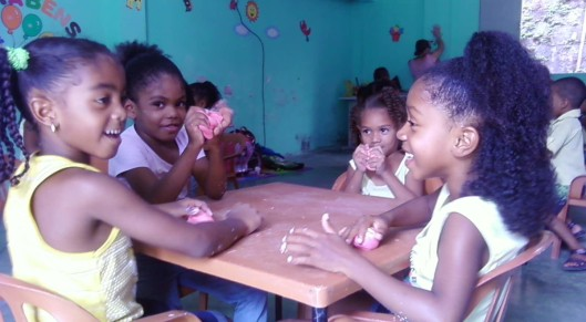 Crianças da Escola Aberta do Calabar, projeto de educação comunitária modelo, que funciona desde 1982