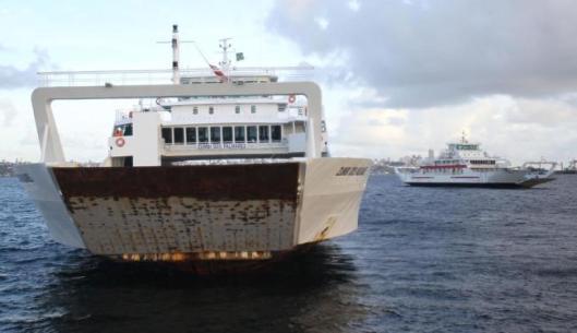 """Batizado de """"Zumbi dos Palmares"""", ironicamente para homenagear o herói negro quilombola, o ferry enferrujado foi matéria de A Tarde, ilustrada por esta foto (clique para ler)"""