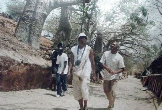 Na ilha de Goré, Senegal, tendo Arnaldo á dir. e ao fundo, de calça azul, Augusto Mango. Na ilha visitamos o armazém onde se estocava africanos escravizados para as Américas
