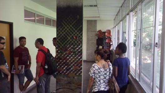 Facom, 9/03/2016: alunos que foram estudar, mas o professor foi barrado por articulação de ativistas que puseram uma barreira de carteiras na porta da sala
