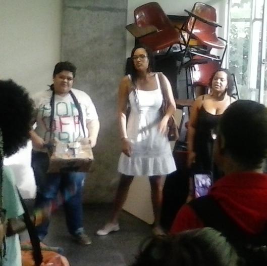 Ativistas de facções petistas em barricada na Facom contra este escrevinhador. Clique para ler