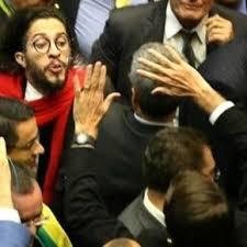 Jean cospe em Jair: na sessão de 17/04 em que os deputados por maioria aceitaram o impeachment, Jean Wyllys ataca com cuspe seu arquirival Jair Bolsonaro