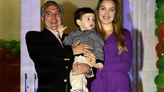 Michel Temer, 75 anos, e a esposa Marcela no aniversário de 2 anos do filho Michelzinho, em foto do Extra
