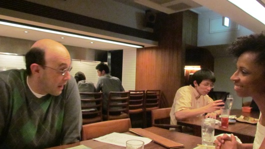 Alexandre Porto, então ministro do Itamaraty servindo em Tokyo, em jantar a nós oferecido em restaurante naquela cidade em 2012; hoje Porto está no Brasil, dedicando-se em sua carreira de romancista e articulista na Folha de S. Paulo