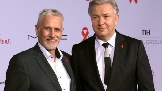 O então prefeito de Berlin, Klaus Wowereit (à esq.) , posa ao lado do parceiro Jörn Kubicki, em foto de Rainer Jensen