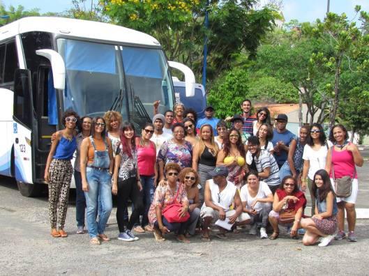 Grupo de alunas, alunos, professores e técnicos posa frente ao ônibus oficial da UFBA na manhã de 12/10 para início do périplo, sob coordenação deste escrevinhador