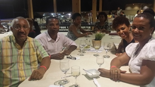 O ex-mnistro e jurista Mário Silva (à esq.), com Margarida Fontes em primeiro plano, uma colega da TV de Cabo Verde e este escrevinhador em jantr beneficente para ilha do Fogo, em foto de 22/10/16