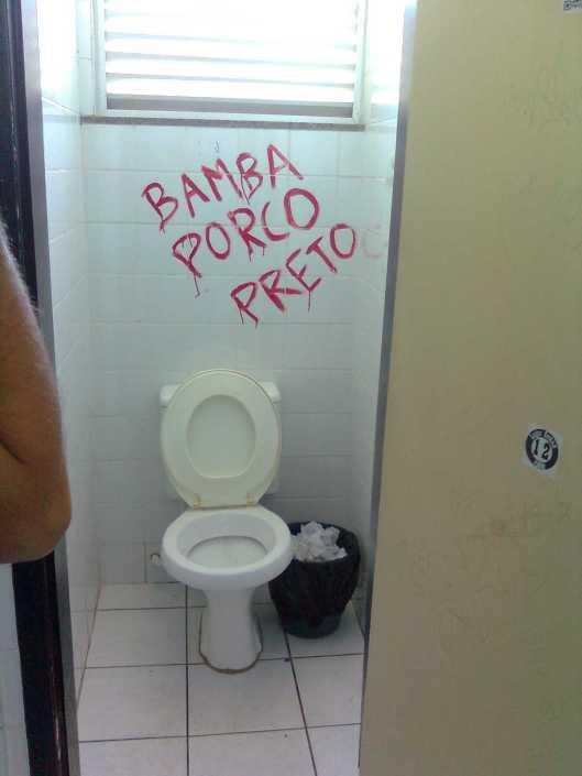 Com pichações como esta no banheiro da Facom, o professor Muhamad Bamba foi recebido na Universidade Federal da Bahia. De Conacry, este escrevinhador conviveu com ele desde os anos de USP na década de 90. Bamba morreu em 2015